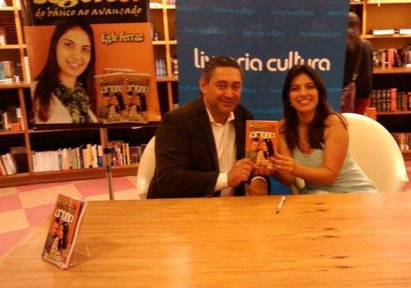 O corretor de seguros, Josafá Ferpri, ao lado da autora do livro, Egle Ferraz