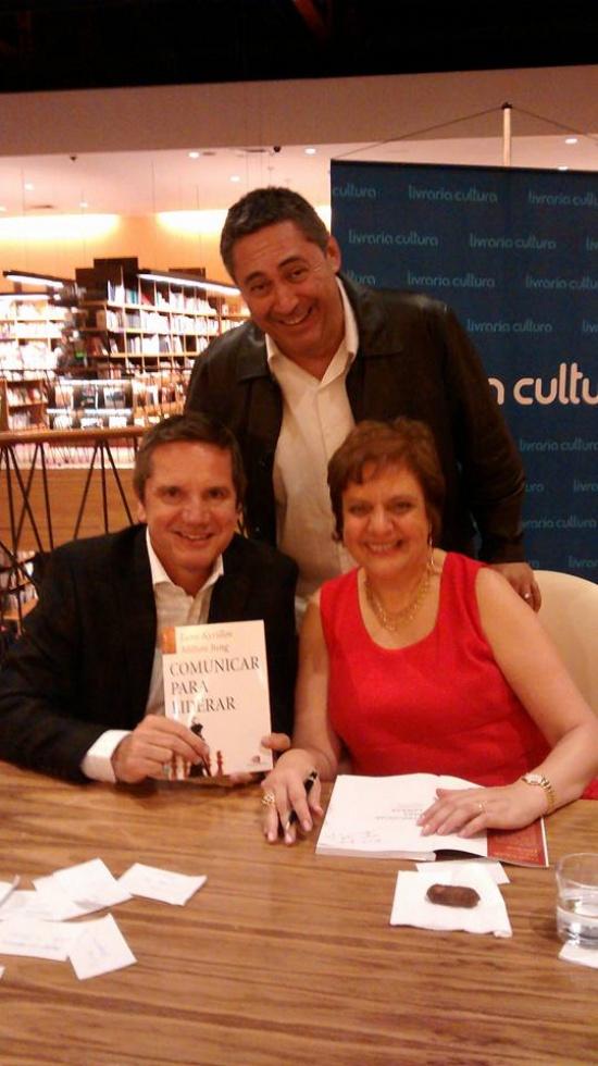 Josafá Ferpri (em pé) com os autores do livro, Leny Kyrillos e Mílton Jung
